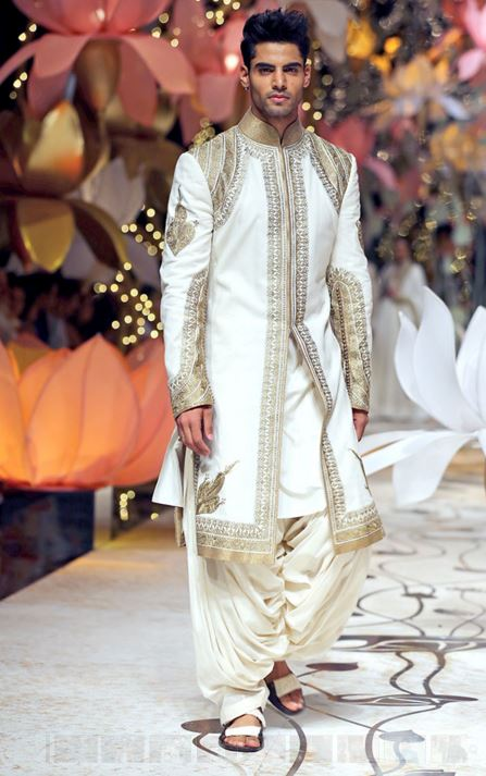 designer-wedding-sherwani-for-men-latest-trends-fall-winter-2015-2016-couture-groom-outfit-rohit-bal-white-gold