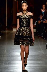 fall-2015-winter-2016-fashion-color-trends-runway-oscar-de-la-renta-gown-black-gold-off-shoulder-dress