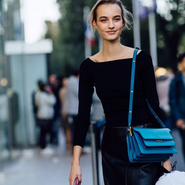 maartje-verhoef-model-street-style-look-black-top-tee-leather-skirt-blue-bag