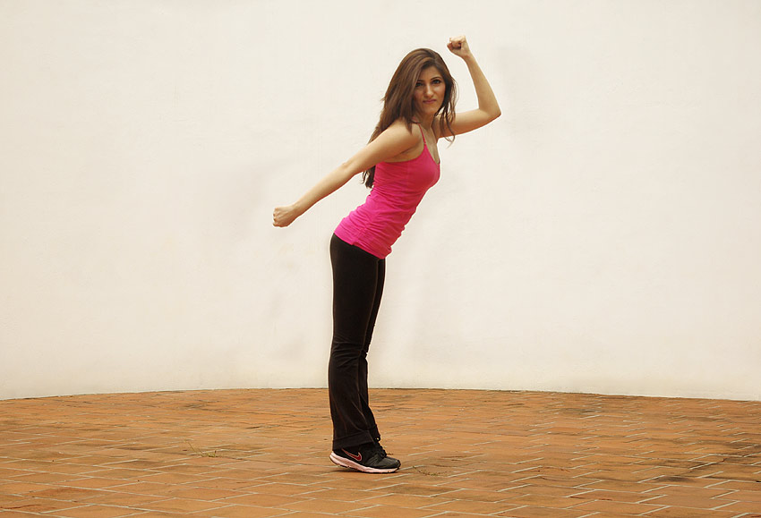 shilpa-ahuja-gym-look-work-out-zumba-pink-top-black-working