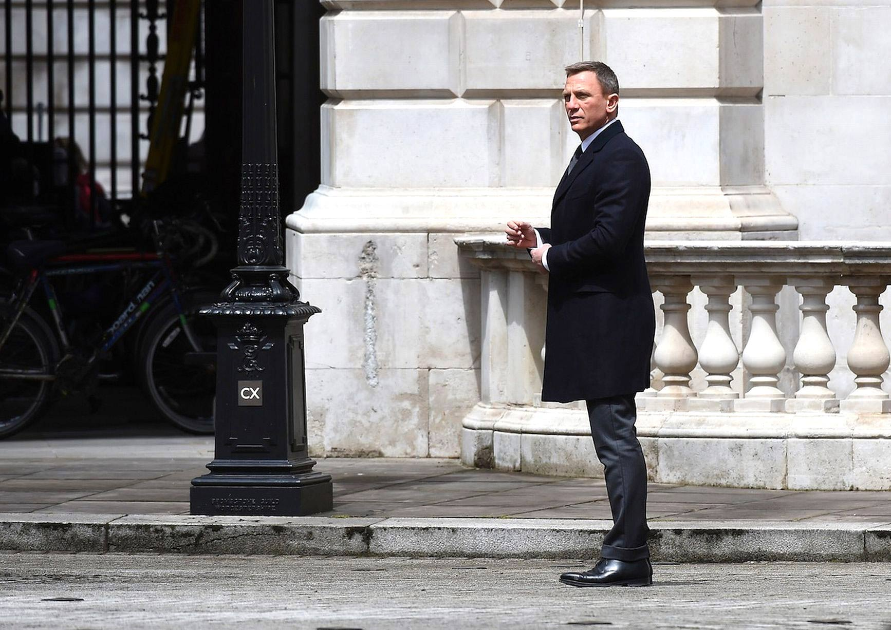 Daniel-craig-james-bond-spectre-movie-look-suit-grey-overcoat