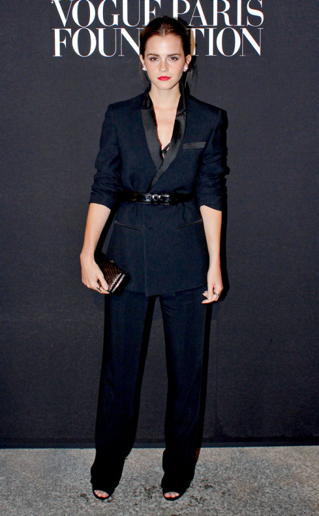 Emma-Watson-Best-Red-Carpet-Looks-blue-pants-jacket-belt