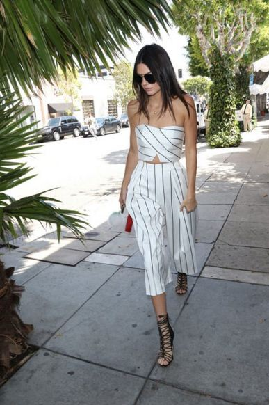 Kendall-Jenner-street-style-chic-stripe-top-shirt-white-with-black-stripe