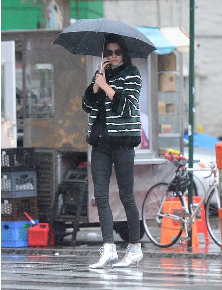 Kendall-Jenner-street-style-monsoon-look-striped-jacket-black-pants-with-umbrella