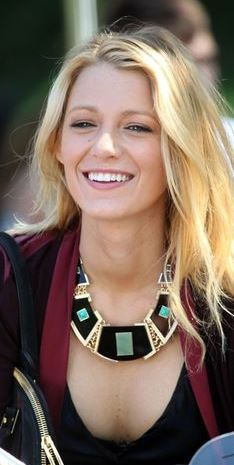 blake-lively-how-to-choose-necklace-for-plunging-round-necks-what-to-wear-with-round-neck-dress