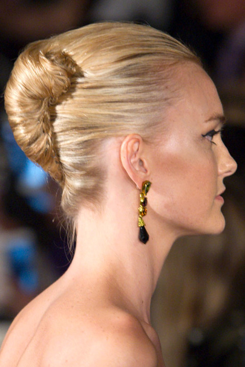 fall-2015-winter-2016-latest-top-hairstyle-trends-womens-oscar-de-la-renta-fashion-week-twist-bun-formal