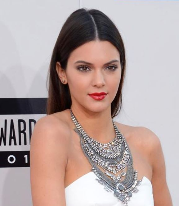 kendall-jenner-how-to-choose-necklace-for-neckline-what-to-wear-with-strapless-dress