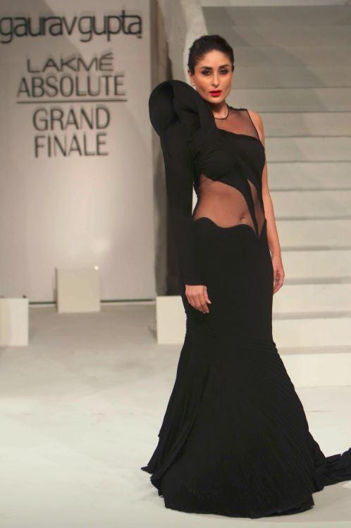 lakme-fashion-week-gaurav-gupta-kareena-kapoor-dress-showstopper-2015-fall-winter-black-gown