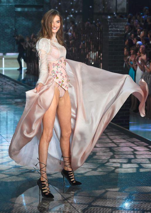 sanne-vloet-victorias-secret-fashion-show-pink-flower-lingerie-runway-sexy-model-2015