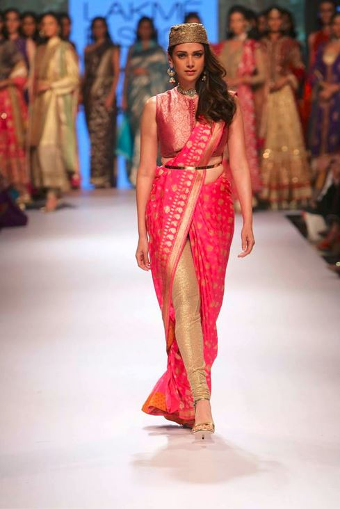 aditi_rao_hydari_ritu_kumar_collection-2015_lakme_fashion_week_saree_pink_showstopper