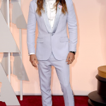 jared-leto-white-tuxedo-oscar-look-white-sneakers-bow-tie-red-carpet-long-hair