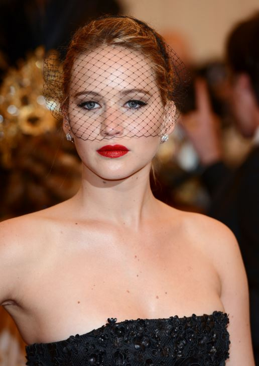 jennifer-lawrence-makeup-looks-beauty-red-carpet-red-lipstick-net-veil