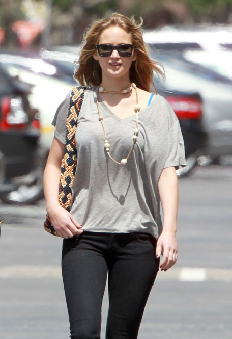 jennifer-lawrence-outfit-pics-beautiful-casual-wear-public-appearance-street-style-clothing-jeans-tshirt