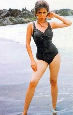 urmila-matondkar-rangeela-bikini-swimsuit-bollywood-hot
