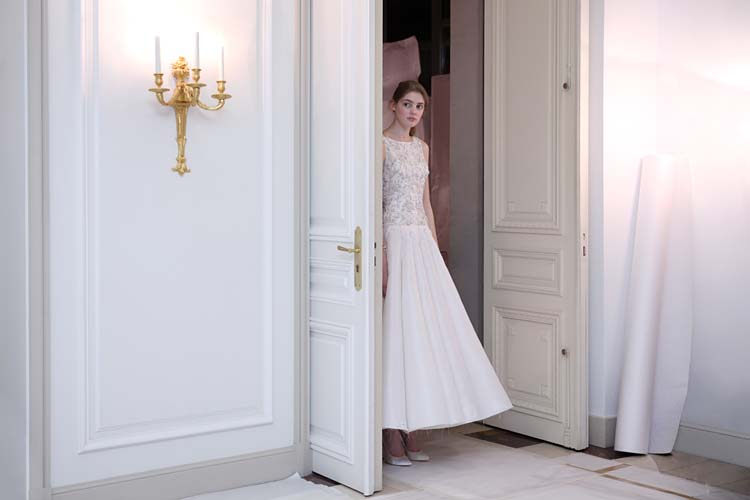 Ralph-&-Russo-SS16-couture-model-waiting-show