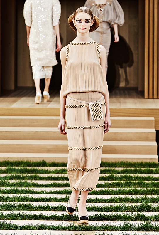chanel-spring-summer-2016-couture-outfit-32-beige-dress-belt-purse