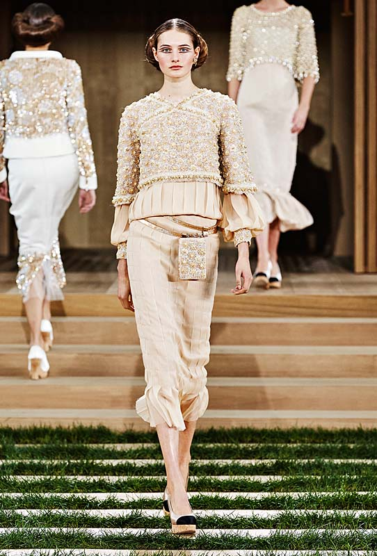 chanel-spring-summer-2016-couture-outfit-34-beige-dress-ruffle-sleeves