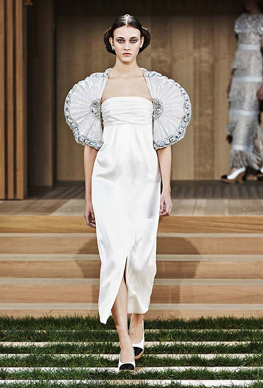 chanel-spring-summer-2016-couture-outfit-63--fan-sleeve-dress