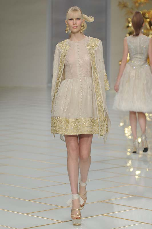 guo-pei-spring-summer-2016-couture-show-dress-18-gold-white-threadwork-silk