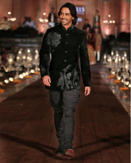 indian-men-traditional-wedding-marriage-arjun-rampal-outfit-dress-black-designer-bandhghala-rohit
