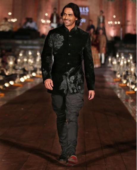 indian-men-traditional-wedding-marriage-arjun-rampal-outfit-dress-black-designer-bandhghala-rohit