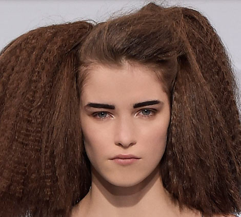 SS16HC-SchiaparelliBeauty-look-black-eyebrows
