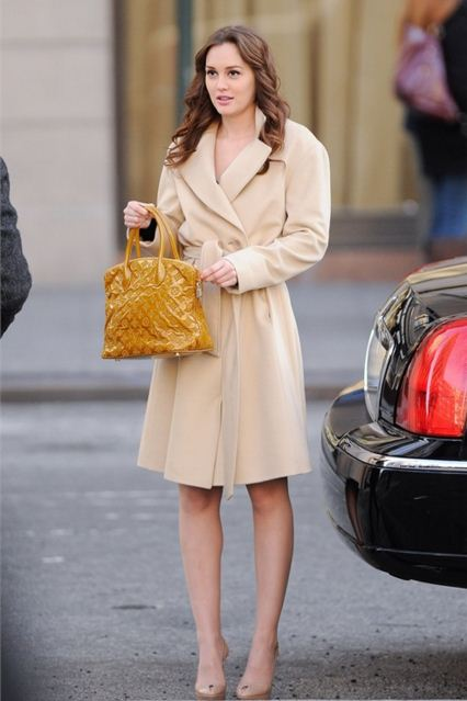 best-gossip-girl-winter-outfit-blair-waldorf-leighton-meester-nude-beige-overcoat-mustard-bag-peep-toes