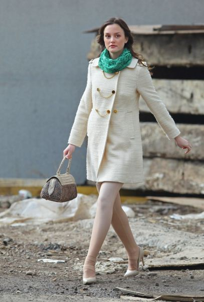best-gossip-girl-winter-outfit-blair-waldorf-leighton-meester-white-coat-green-scarf