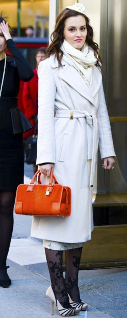 best-gossip-girl-winter-outfit-blair-waldorf-leighton-meester-white-coat-orange-handbag-hat