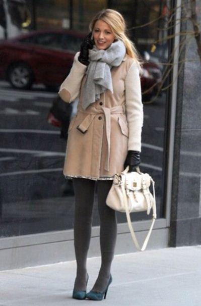 best-gossip-girl-winter-outfit-serena-van-der-woodsen-blake-lively-beige-coat-teal-pumps