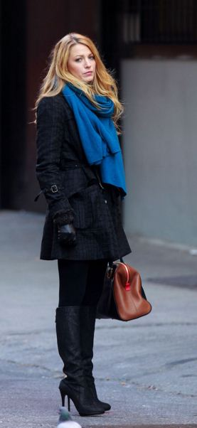 best-gossip-girl-winter-outfit-serena-van-der-woodsen-blake-lively-black-coat-boots-blue-scarf