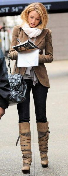 best-gossip-girl-winter-outfit-serena-van-der-woodsen-blake-lively-brown-jacket-tie-up-boots