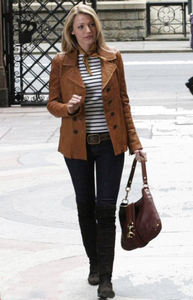 best-gossip-girl-winter-outfit-serena-van-der-woodsen-blake-lively-first-scene-outfit-brown-jacket