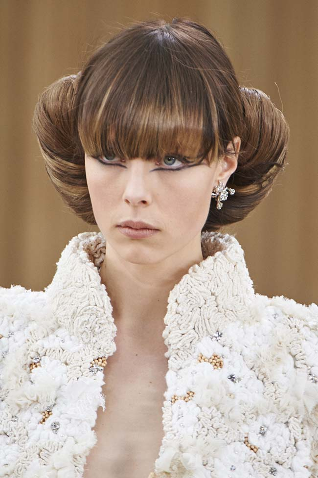 chanel-spring-2016-couture-fashion-show-ss16-detail-beauty-bangs-hair