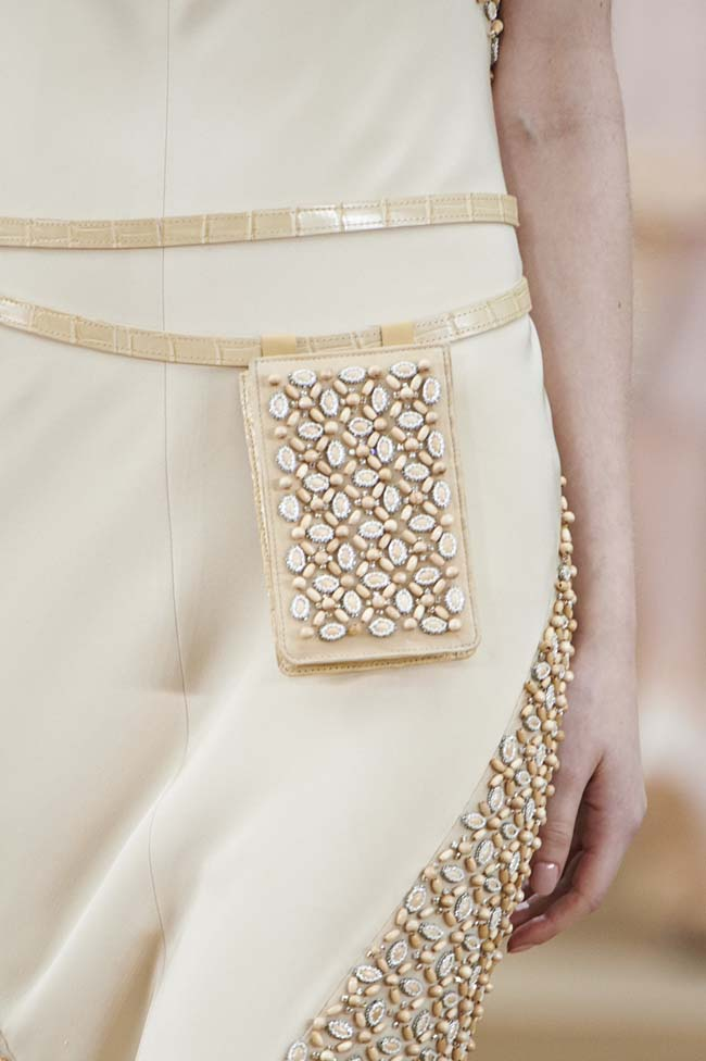 chanel-spring-2016-couture-fashion-show-ss16-detail-wood-fanny-pack-beige