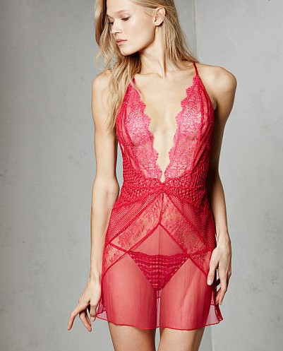 honeymoon-shopping-sexy-comfortable-outfit-red-lacy-lingerie