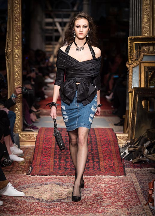 moschino-fall-2016-winter-2017-collection-latest-runway-fashion-show-dresses (13)-black-bow-top-denim-skirt