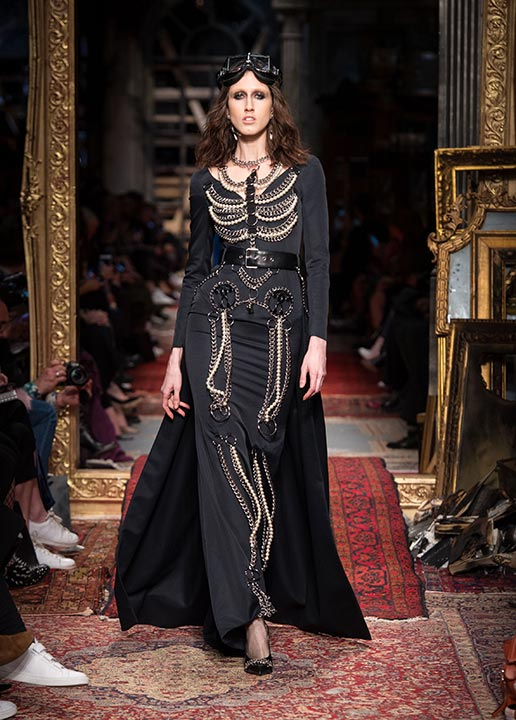 moschino-fall-2016-winter-2017-collection-latest-runway-fashion-show-dresses (21)-black-cape-dress-chains