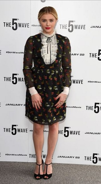 winter-celebrity-outfits-british-designers-chloe-grace-moretz-printed-dress-2016