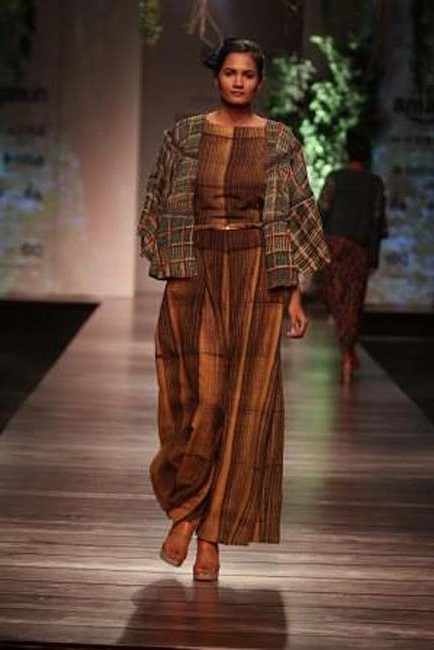 anita-dongre-aw16-aifw-autumn-winter-2016-dress (3)-brown-jacket