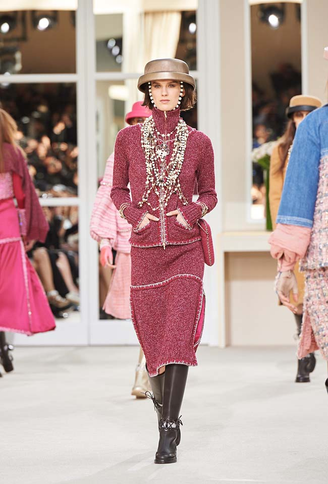 chanel-fall-winter-2016-collection-rtw-ready-to-wear-dresses (15)-helmet-hat-multi-string-pearl-necklace