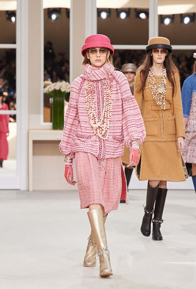 chanel-fall-winter-2016-collection-rtw-ready-to-wear-dresses (16)-gold-boots-pink-jacket