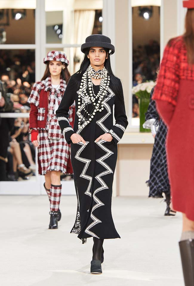 chanel-fall-winter-2016-collection-rtw-ready-to-wear-dresses (23)-black-zig-zag-pattern-dress