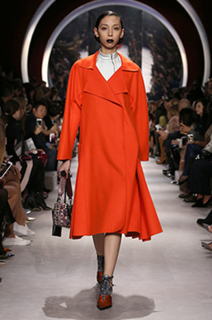 dior-fall-2016-winter-2017-fw16-rtw-fashion-collection-dresses (54)-orange-coat