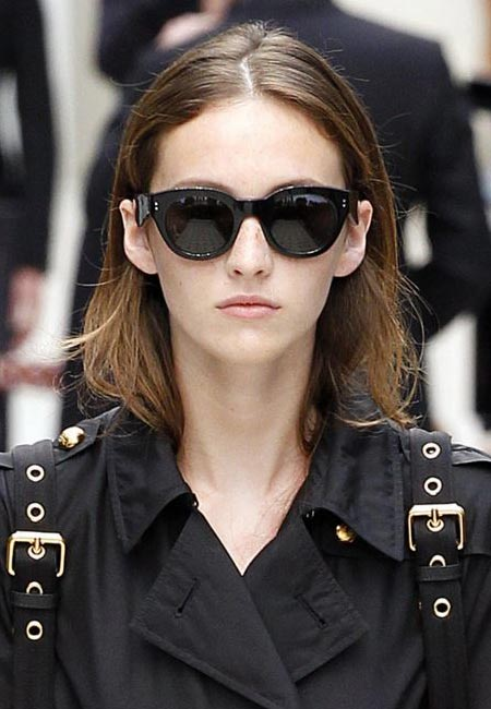 latest-spring-summer-2016-hairstyle-trends-ss16-center-part-burberry