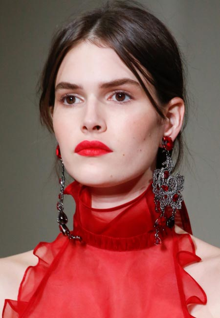 latest-spring-summer-2016-hairstyle-trends-ss16-center-part-oscar-de-la-renta