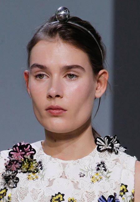 latest-spring-summer-2016-hairstyle-trends-ss16-headband-Giambattista-Valli