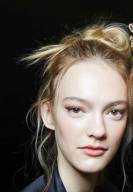 latest-spring-summer-2016-hairstyle-trends-ss16-loose-top-knot-dolce-gabbana