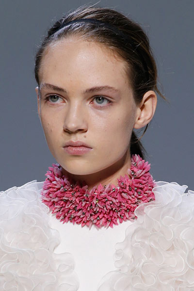 -latest-spring-summer-2016-jewelry-trends-ss16-Giambattista-Valli-pink-choker