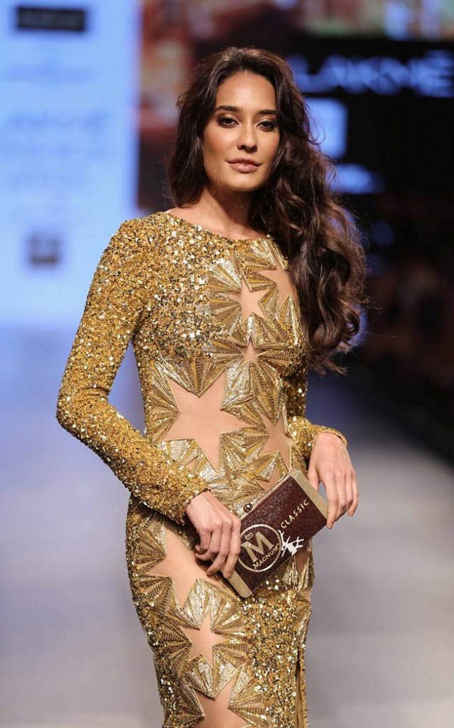 Showstopper-Actress-Lisa-Haydon-monisha-jaising-LFW-SR-2016-fashion-show-gold-gown